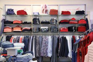 Sportive Mode im jeans Laden